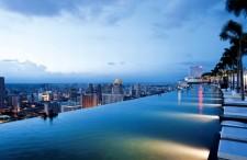 Najbardziej spektakularny hotel świata? W Singapurze popływasz w chmurach