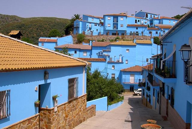 juzcar hiszpania niebieskie miasto