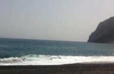 Czarna plaża w Kamari na Santorni. Skąd taki kolor?