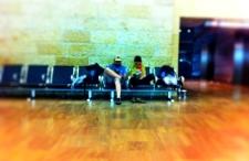 Co można robić na lotnisku, gdy się długo czeka na samolot? Sensowne pomysły