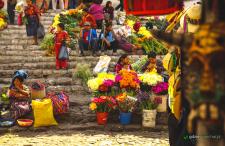 Jedziemy dalej, wgłąb Gwatemali. Kolorowy targ w Chichicastenanago