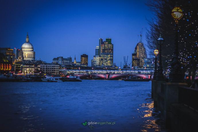 Londyn nad Tamizą wieczorową porą