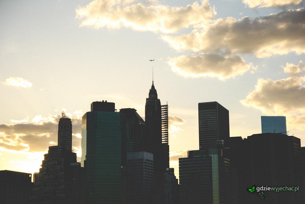Manhattańskie szczyty widziane z Brooklyn Bridge Park czyli drugiej strony East River