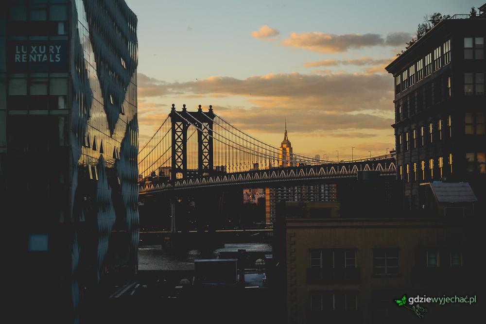 Ciekawy widok na Środkowy Manhattan z nasady Mostu Brooklyńskiego