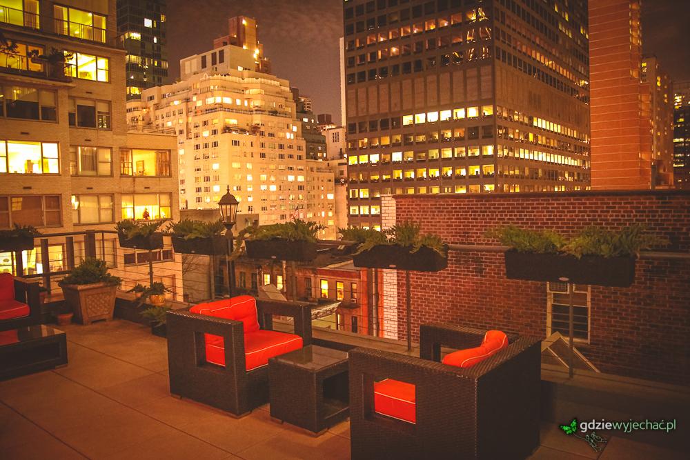 Wieczorny widok na taras w naszym hotelu (blisko domu towarowego Tiffany'ego)