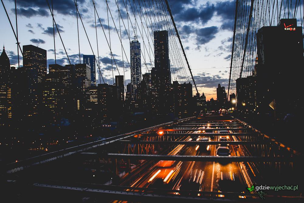 Spacerem przez Most objawiają nam się światła Dolnego Manhattanu. Liny wcale nie przeszkadzają