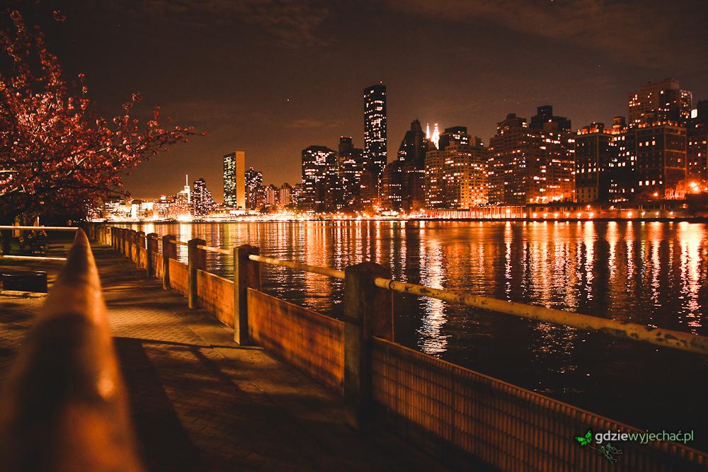 Widok na Środkowy Manhattan widziany z brzegu Wyspy Roosvelta