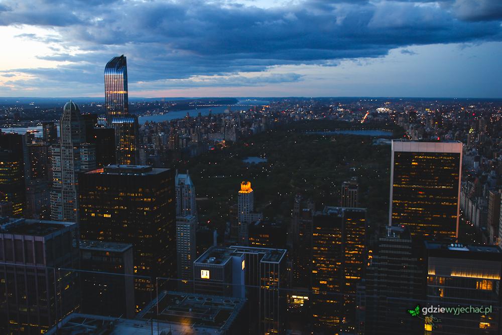 Ten sam punkt widokowy, ale widok na Central Park i rzekę Hudson