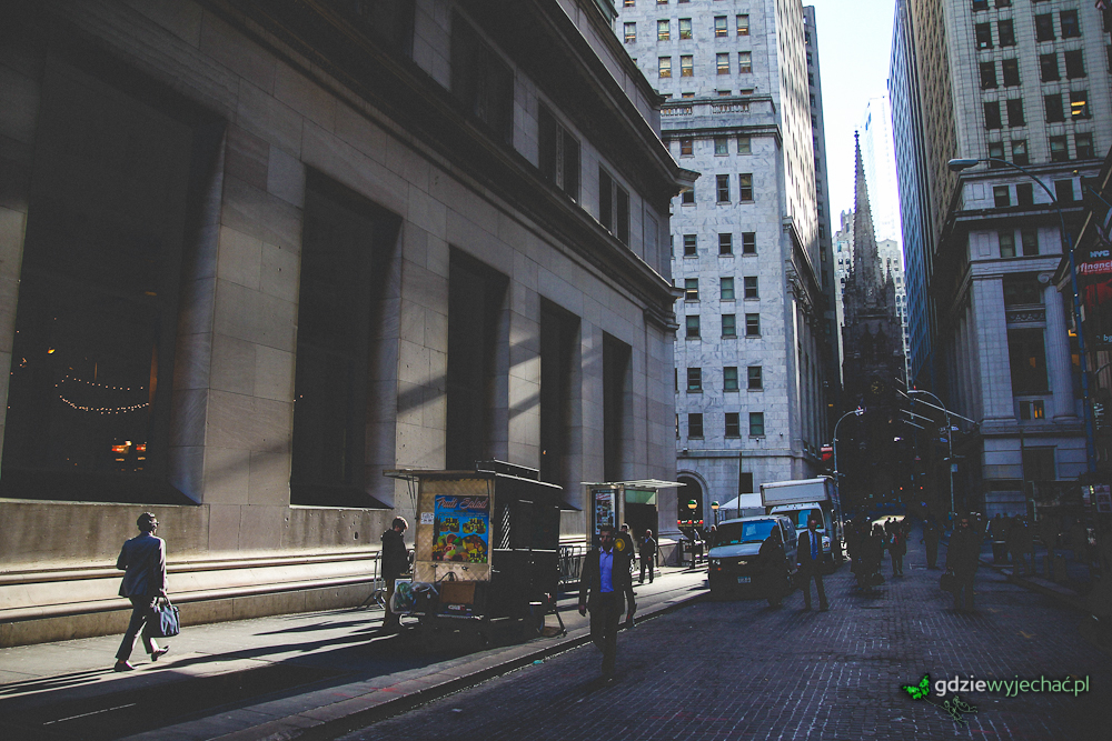 Wall Street, dzielnica nowojorskiej finansjery. Tutaj kaniony ulic mają takie surowe oblicze dość