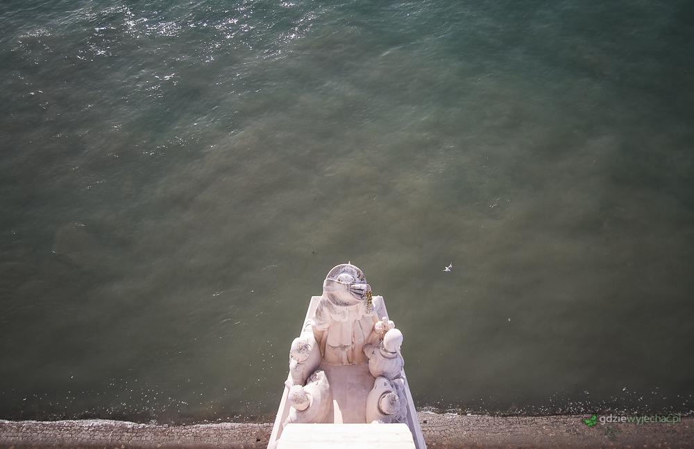 Pomnik Odkrywców widziany z nietypowej perspektywy. Z jego czubka