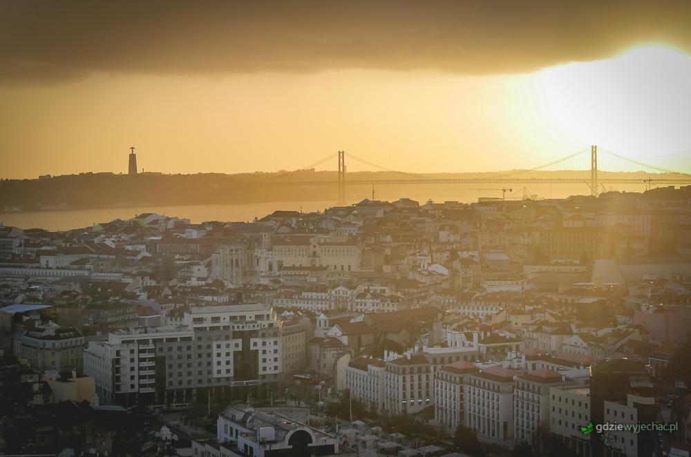 Zachód Słońcanad Lizboną widziany z Miradour de nossa senhora do monte