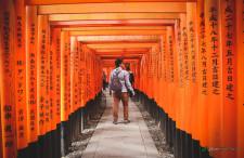 Niesamowita świątynia Fushimi Inari w Kioto. Święte Lisy i bramy Tori