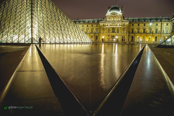 paryż luwr noca